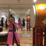 日本で東北への観光誘致のお仕事されてる外国人女性が和太鼓体験