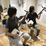 ピアノ経験と吹奏楽経験のある女性がペアで三味線体験