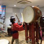 アメリカシカゴの母娘と日本の親子が和太鼓体験